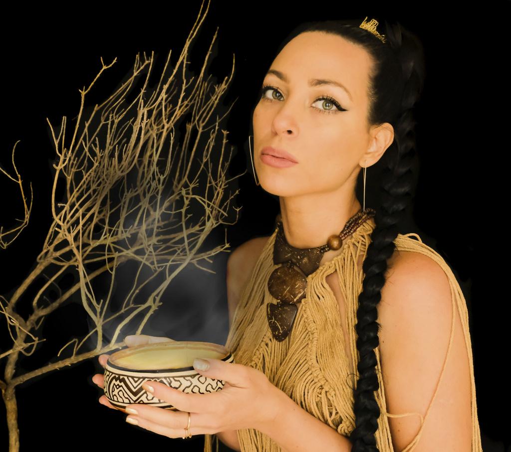 "Cinthia Mendes presenta su primer single ""Eleva"" (Aire)"