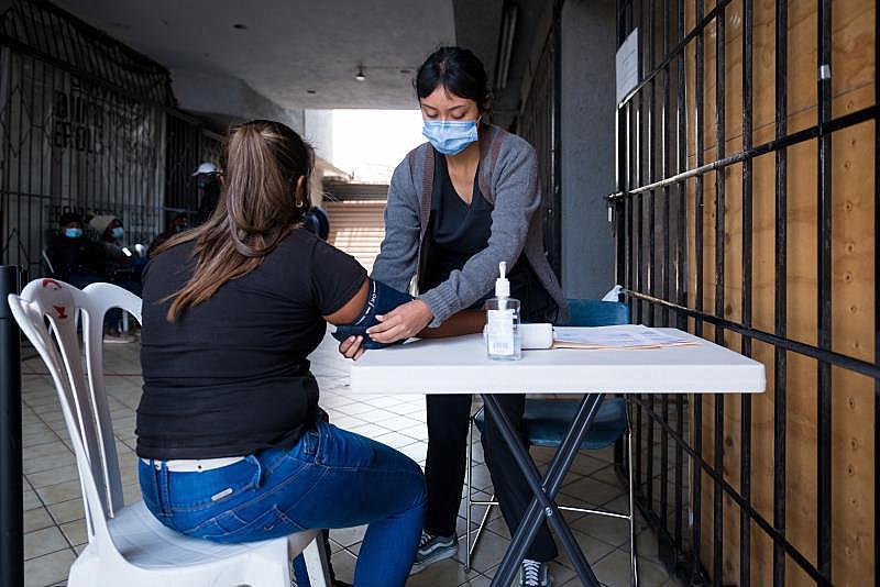 Voluntarios ofrecen atención médica a refugiados hacinados en la frontera
