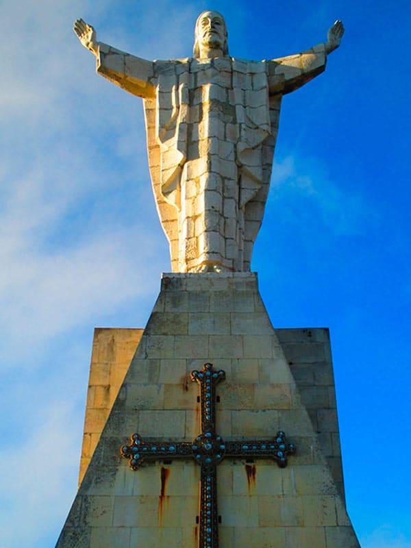 Qué ver en Asturias rural - Cristo del Naranco en Oviedo - La Casa Azul de Las Caldas