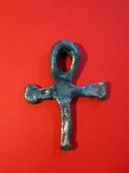 Amuleto con forma de Ankh modelado y pintado por Diego (11 años).