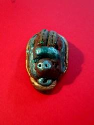 Amuleto de escarabajo modelado y pintado por Marcos (8 años).