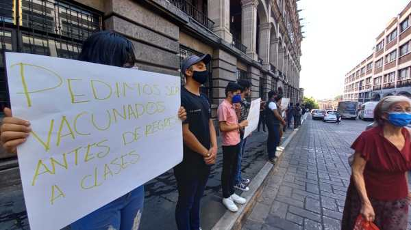 FNERRR protestan en Cuernavaca exigiendo la vacunación contra COVID-19 del alumnado antes del regreso a clases