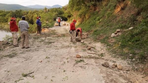 Protección Civil y Bomberos de Jojutla restituyeron el tránsito en la carretera Tehuixtla - Río Seco luego del deslave en uno de los cerros
