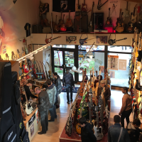 Visite du magasin Guitare Village (Domont) lors de la journée D'Angelico