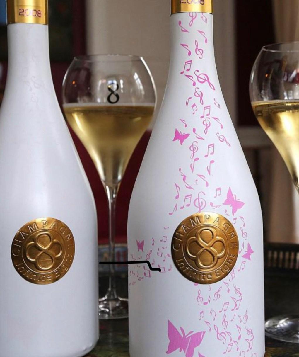 Des papillons roses pour apprécier la fraîcheur du champagne . (photo AFP)