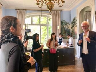 Frédéric Zeimett accueille ses invités chez Leclert-Briant pour une jolie dégustation.