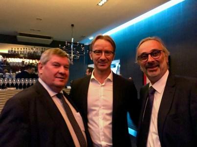 Laurent Fresnet, président de l'Amicale des chefs de caves entouré de Dominique Pichard, chef de caves du champagne Vranken et Thierry Gasco (ancien chef de caves de Pommery).