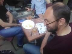 Olivier Texier en dédicace en terrasseCharrue BD fest