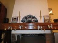 Une guirlande en fil scotchée sur la cheminée