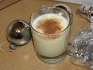 Pour se détendre en faisant la déco, un lait de poule (ou eggnog pour les anglophones) avec un fond de rhum et une bonne dose de cannelle
