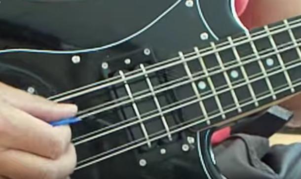 Detalle de la disposición de cuerdas en un bajo de 8 cuerdas