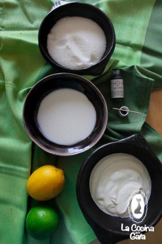 Leche de Coco, yogur, azúcar  y colorante