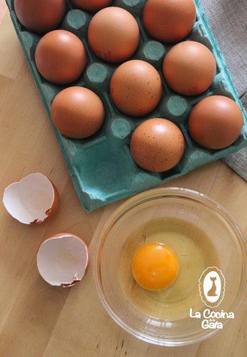 Huevos frescos para el bizcocho