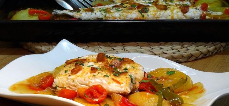 Merluza al horno con patatas y verduras. Muy jugosa y deliciosa