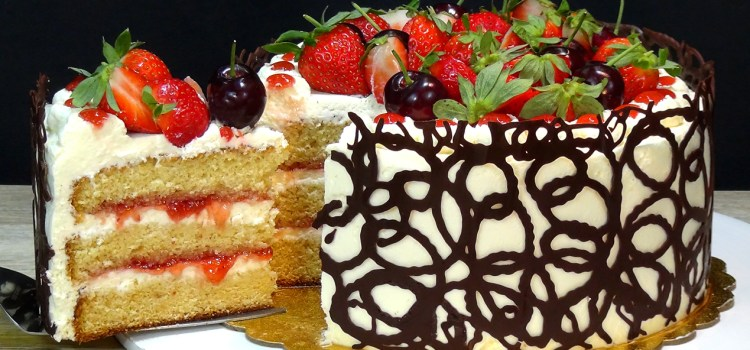 TARTA DE CELEBRACIÓN 1.000.000 DE SUSCRIPTORES. Es una tarta con un bizcocho muy jugoso y esponjoso, rellena y cubierta de nata montada (Chantilly) con mermelada y decorada con espiral de chocolate y frutas