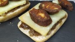 TAPA PINCHO TOSTÁ CANAPÉ DE MORCILLA CON QUESO Y CEBOLLA caramelizada de Guadalmez