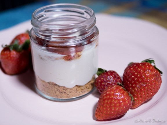 Tartita de nata con fresas caramelizadas