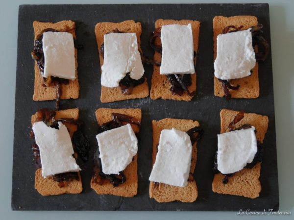 Tostas de cebolla caramelizada con queso de cabra