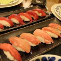 Nigiri de atún y Maki-zushi de salmón