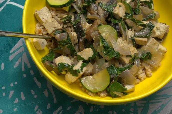 Bol de espelta, tofu y vegetales