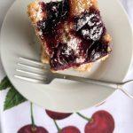 Bizcocho de nata y cerezas
