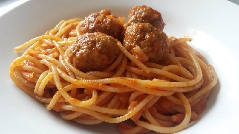 Espaguetis con alb ndigas la cocina italiana de carmen for Plato de espaguetis