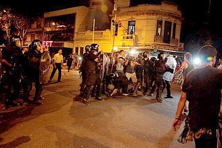 La Metropolitana agarra a un manifestante, lo reduce, y lo golpea violentamente. Para eso lo lleva detrás del cordón de infantería y lo oculta de las cámaras