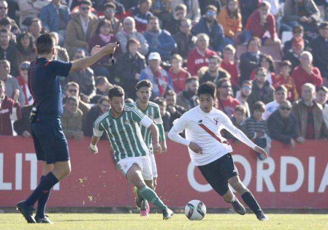 Borja Lasso conduce el balón durante el derbi chico |Imagen: Sevilla FC