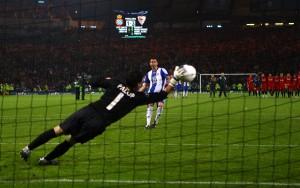 Palop deteniendo el penalti que lanzó Marc Torrejón   Imagen: Shaun Botterill / Getty Images