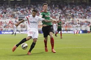 Vitolo enfrentándose a un jugador del Athletic la temporada pasada (2-0) |Fotografía: Ismael Molina