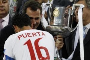 Palop recibe la Copa del Rey de manos del entonces Príncipe Felipe  Imagen: Sevilla FC