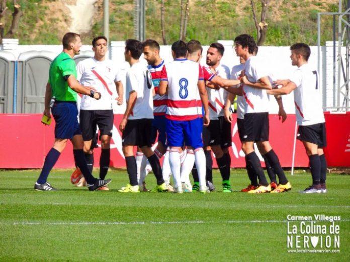 Discusión durante el encuentro entre Sevilla Atlético 1-1 Granada B   Imagen: Carmen Villegas