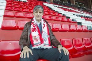 Pablo Alfaro posa con una bufanda con su nombre y su figura | Imagen: Ismael Molina
