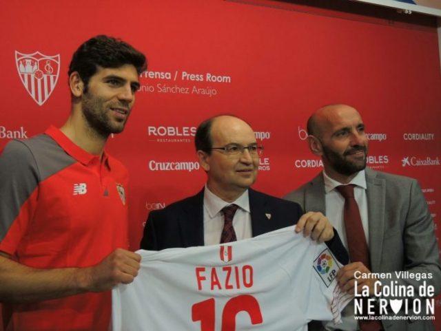 Fazio junto a Monchi y Pepe Castro en su presentación, uno de los fichaes más cuestionados de la temporada |Imagen: Carmen Villegas