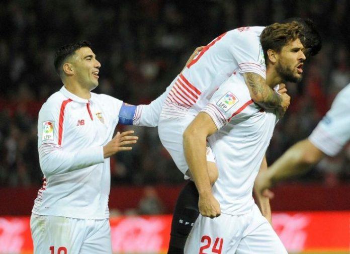 Llorente es abrazado tras marcar el gol del partido | Imagen: Sevilla FC