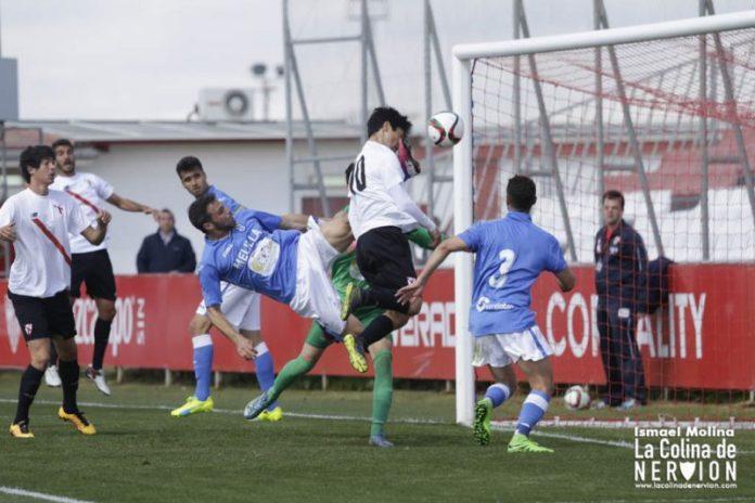 Borja Lasso cabecea a gol tras un pase de Bernardo en el SAT-UD Melilla |Imagen: Ismael Díaz