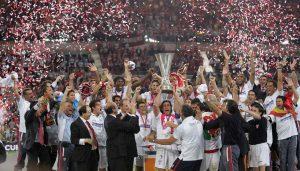 Javi Navarro alza al cielo de Eindhoven la primera Uefa del Sevilla | Imagen: sevillafc.es