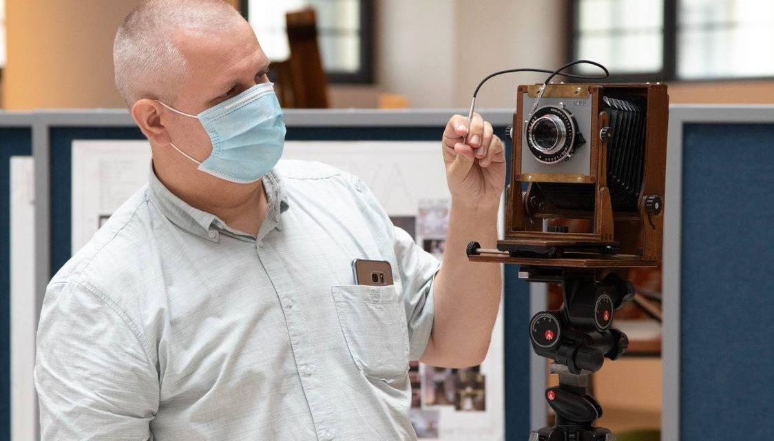 """Un împătimit al fotografiei, a construit, de la zero, o cameră foto """"large format"""", 4×5"""""""