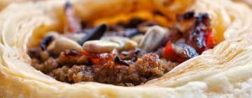 Bruschetta z tapenadą, kozim serem i pomidorkami koktajlowymi
