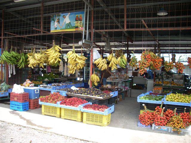 Mercado de frutas en la carretera