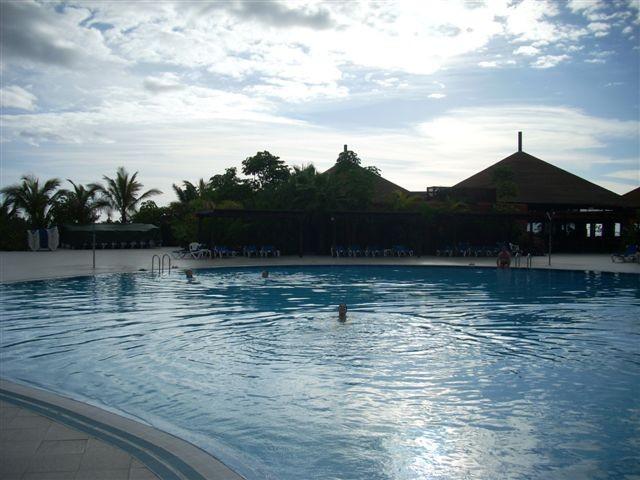 Un baño en la piscina del hotel