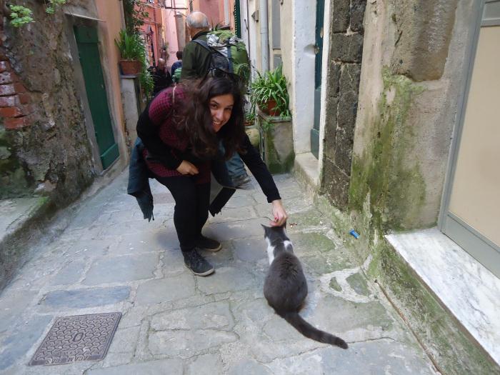 Un habitante de cuatro patas da la bienvenida en Vernazza