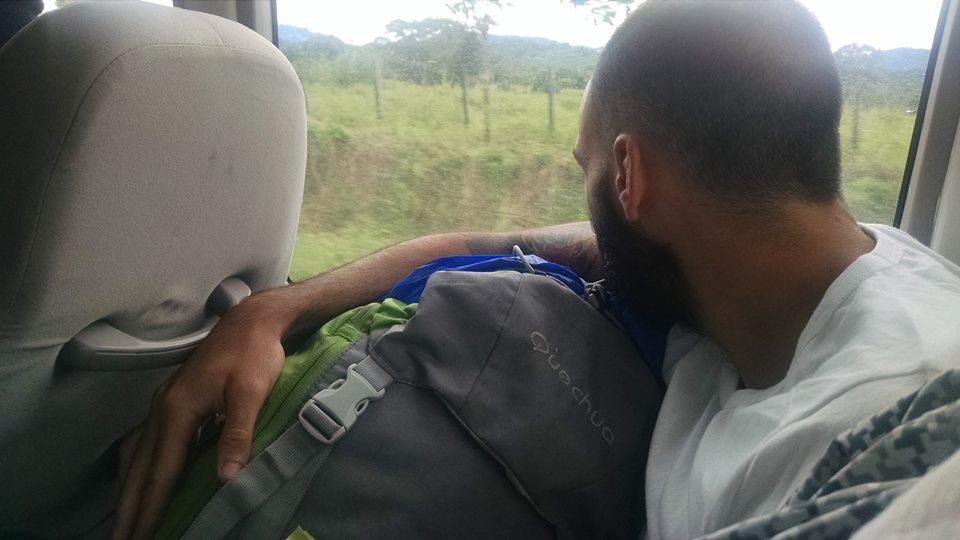 Cargando con la mochila en el autobús de Darién