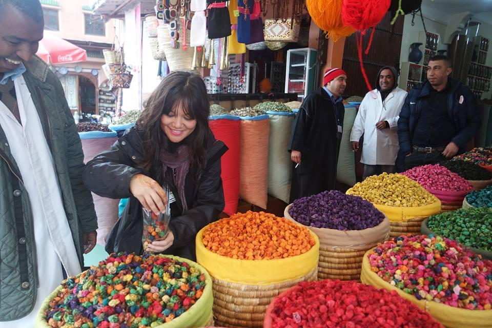Irene de Tragaviajes comprando en el zoco de Marrakech