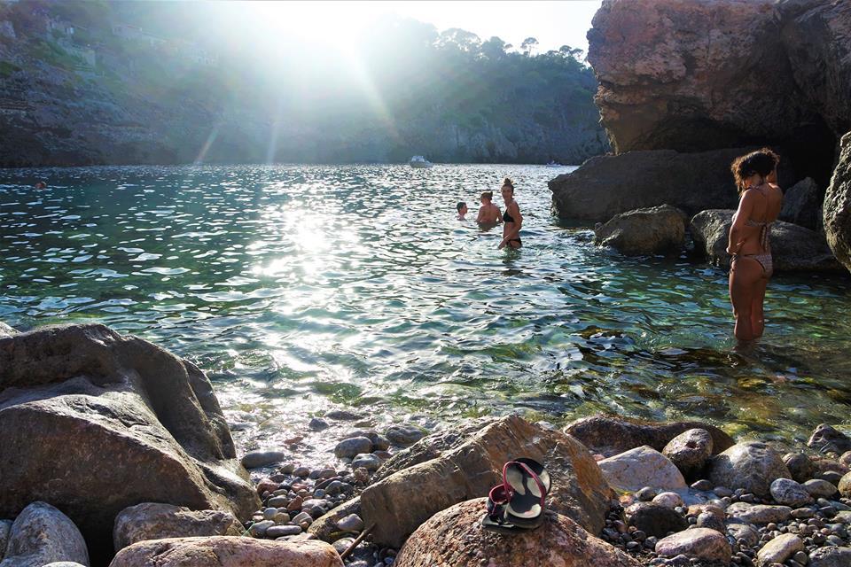 Baño en la cala de Deiá, Mallorca