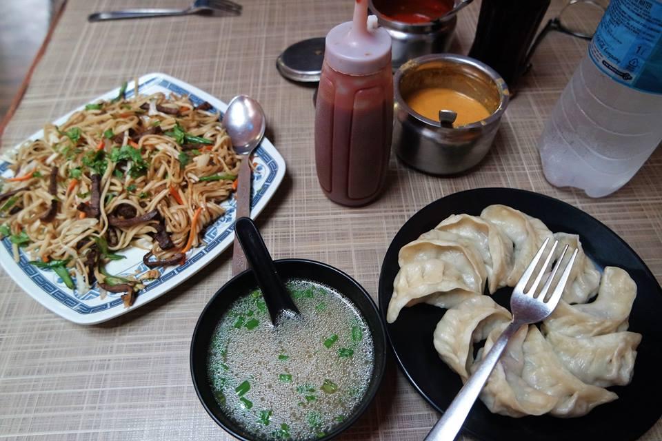 Momos y noodles