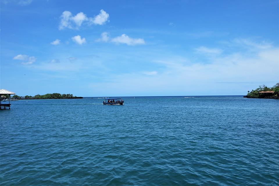 Navegando por la isla de Roatán