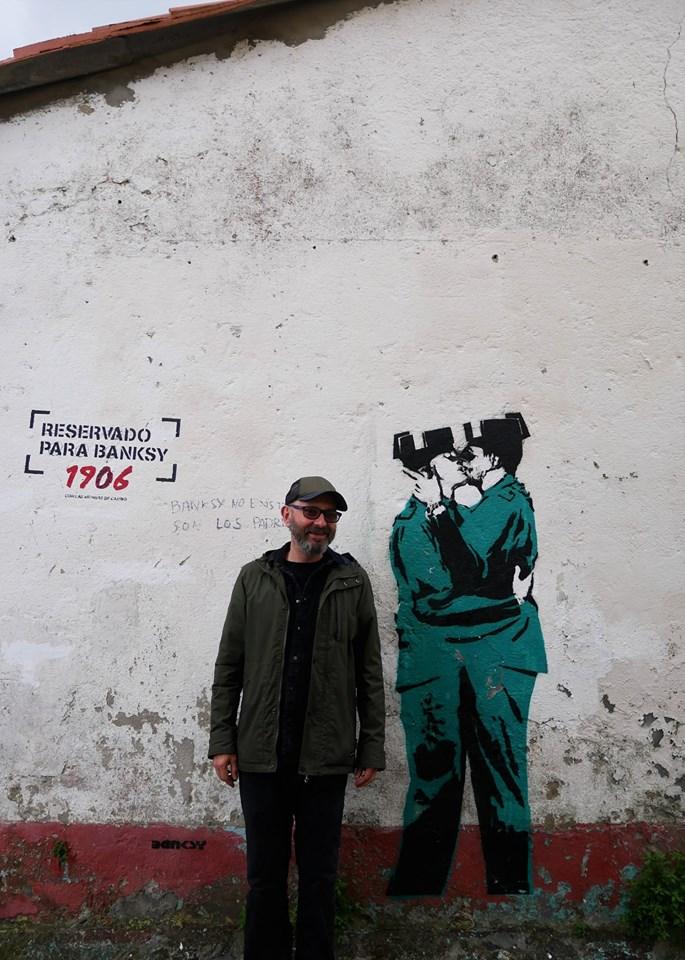 Eduardo Hermida posa junto al supuesto grafiti de Banksy en Ferrol