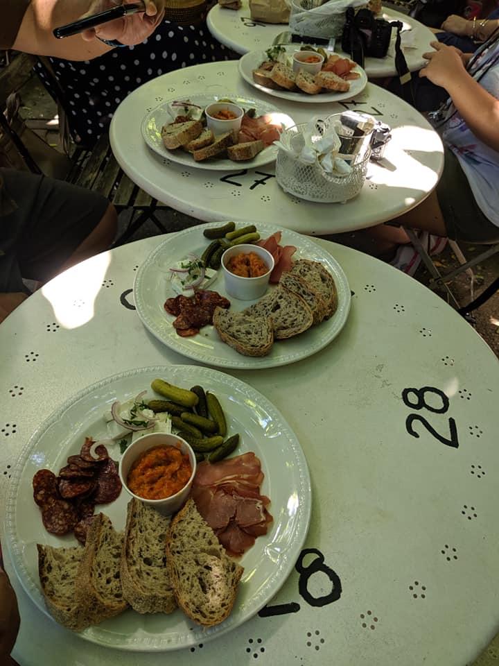 Desayuno típico rumano en Dianei bar