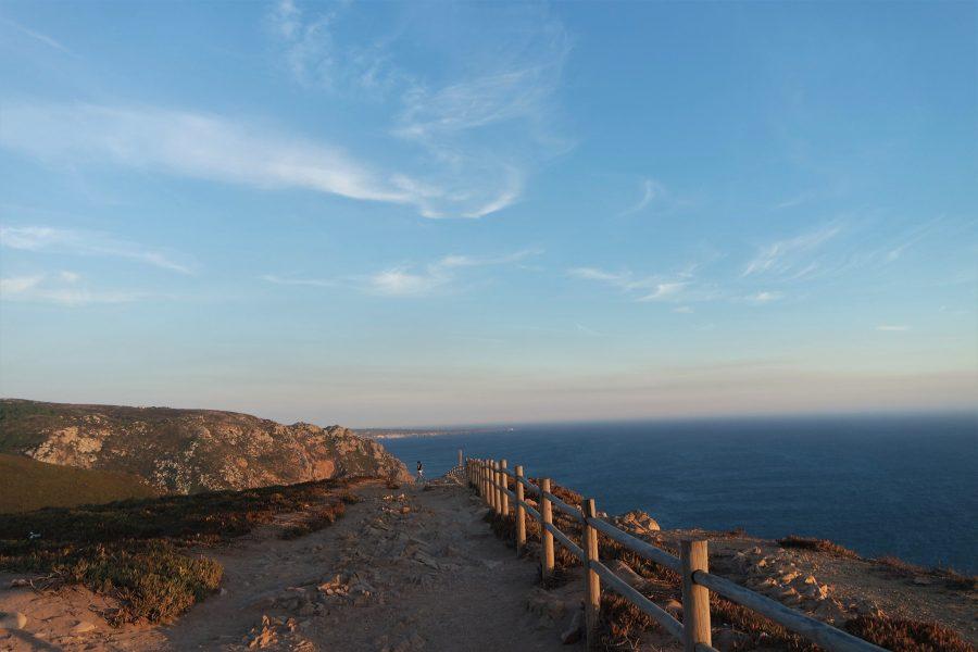 Sendero litoral junto al océano